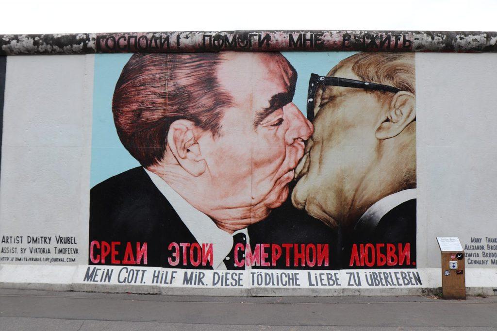 kiss, men, east